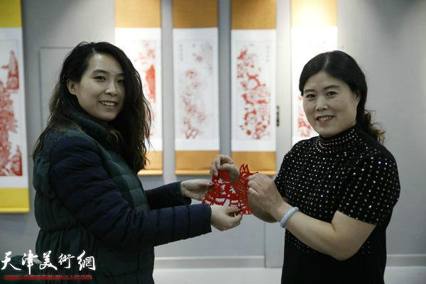 刘长会为观展的剪纸爱好者赠送剪纸作品