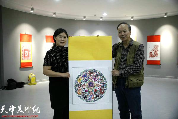 剪纸爱好者与刘长会新创作的十二生肖合影留念