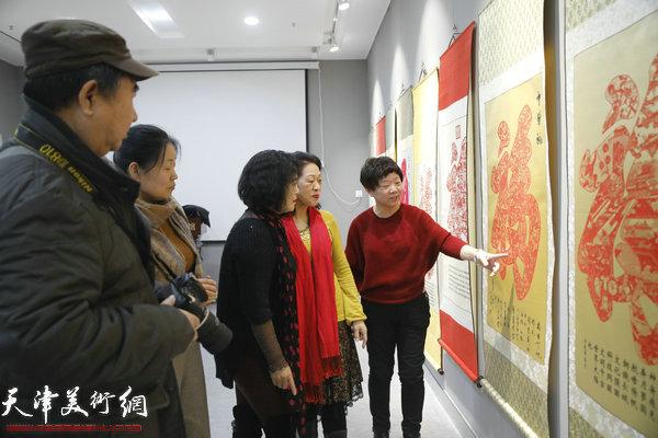 许志齐工作室人员在展览现场讲解作品