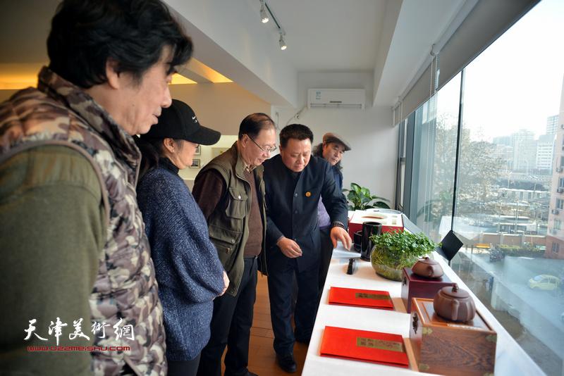 来自万博manbetx安卓版的北京湖社画家观赏湖社品牌的文房用品。