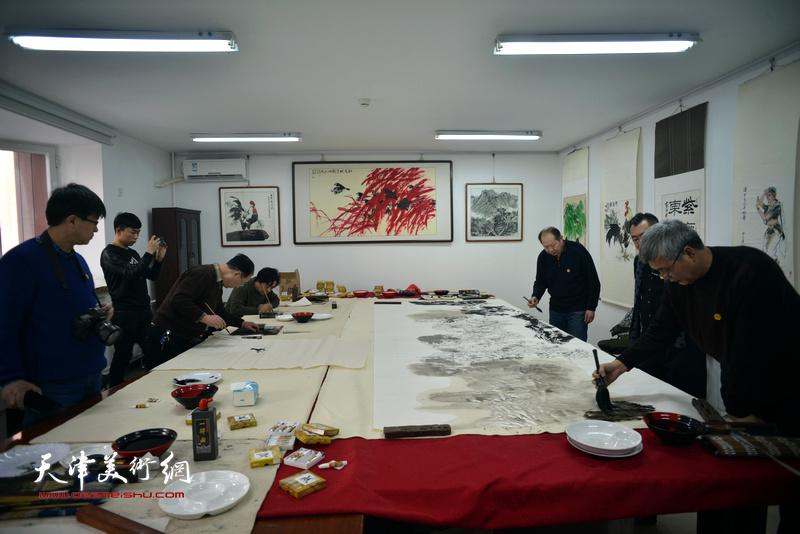 京津书画家在定制的迁安纸上充分展示了各自的水墨风格。