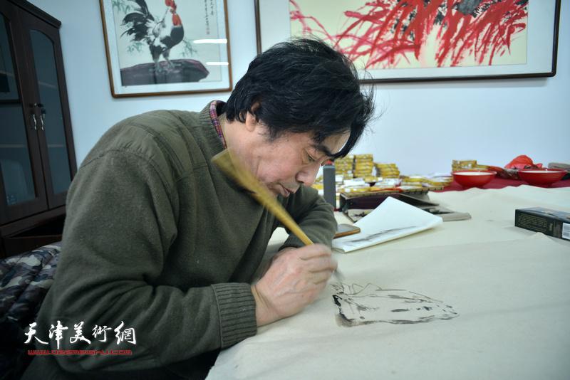 京津书画家在定制的迁安纸上充分展示了各自的水墨风格。图为张耀来。