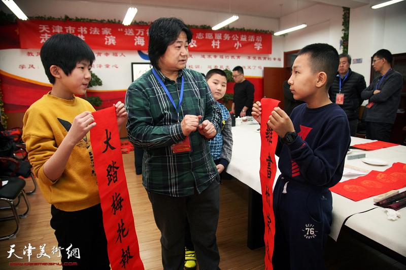 天津市书法家小分队走进滨海新区工农村小学送文化