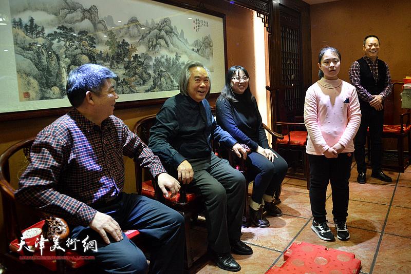 著名画家霍春阳收小画家李思瑶为徒,拜师收徒仪式现场。