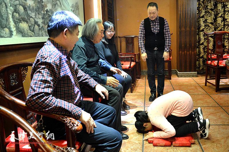 小画家李思瑶向师傅霍春阳行中国传统拜师礼。。