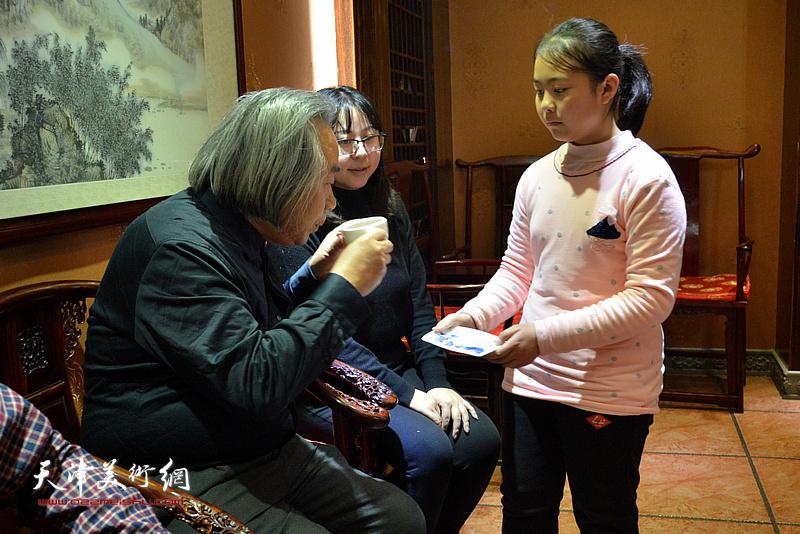 李思瑶向师傅霍春阳敬茶。