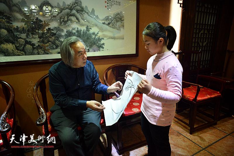 师傅霍春阳为李思瑶上第一课。