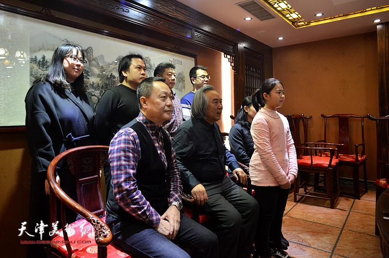 霍春阳、李思瑶以及赵长生、张养峰、霍岩、刘娜、李思瑶的父母李金龙、张艳杰在拜师收徒现场。