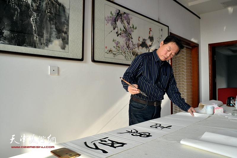 杨建国在运河画院创作。