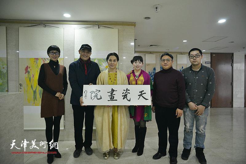 """天美时代艺术发展有限公司总经理项宁向北京怡品画院颁发""""天瓷画院""""匾牌。"""