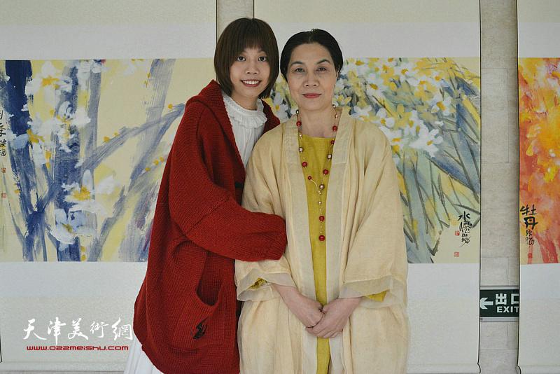 肖映梅与女儿在彩墨大写意画展现场。