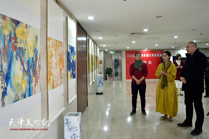 肖映梅、徐柏年在观看展出的作品。
