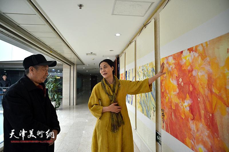 肖映梅向嘉宾介绍展出的作品。