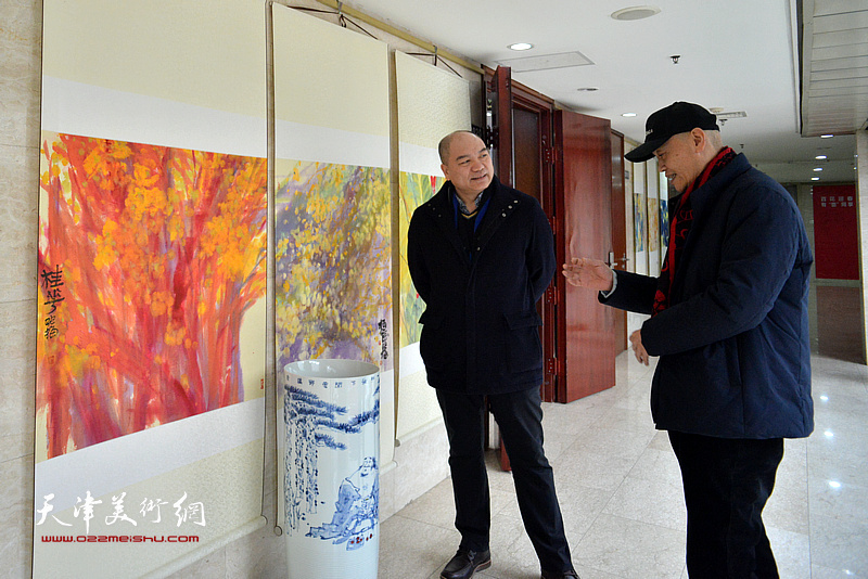 徐柏年、项宁在观看展出的作品。