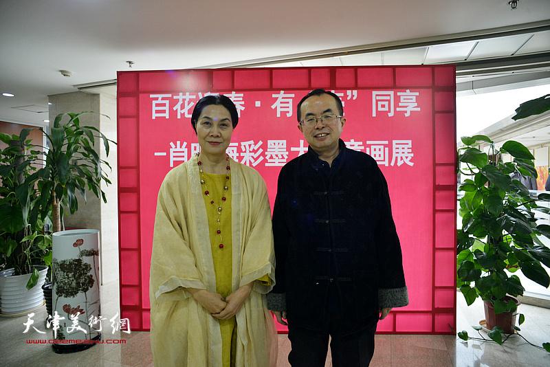肖映梅与吴川淮在画展现场。