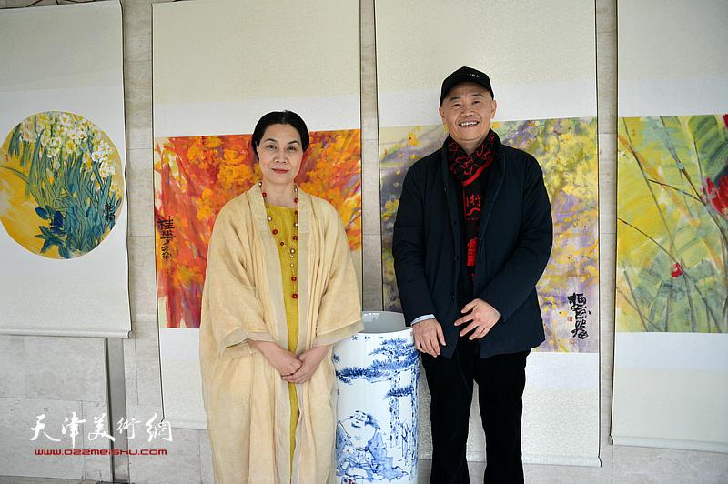 肖映梅与天津亲友团项宁在画展现场。