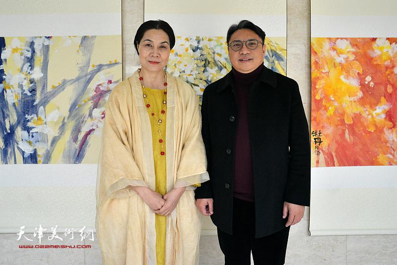 肖映梅与上海亲友团邱辉在画展现场。