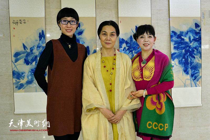 肖映梅与谢佳丽在画展现场。