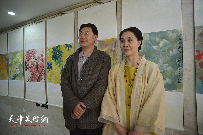 肖映梅与嘉宾在画展现场。