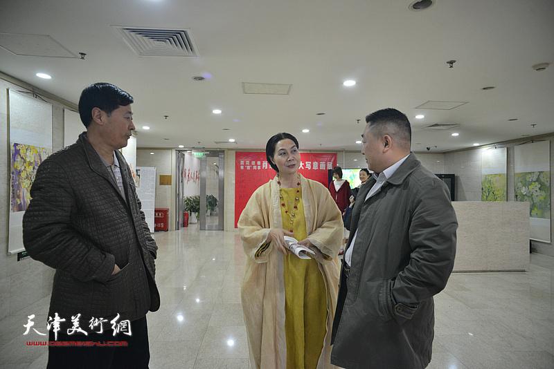 肖映梅与嘉宾在画展现场交谈。