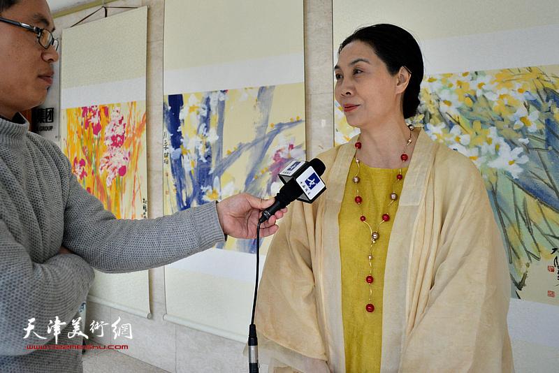 肖映梅在画展现场接受媒体采访。