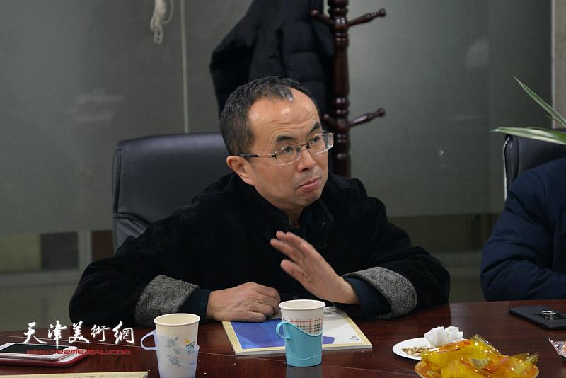 中国新闻出版书法家协会副主席吴川淮在肖映梅彩墨大写意画展研讨会上发言。