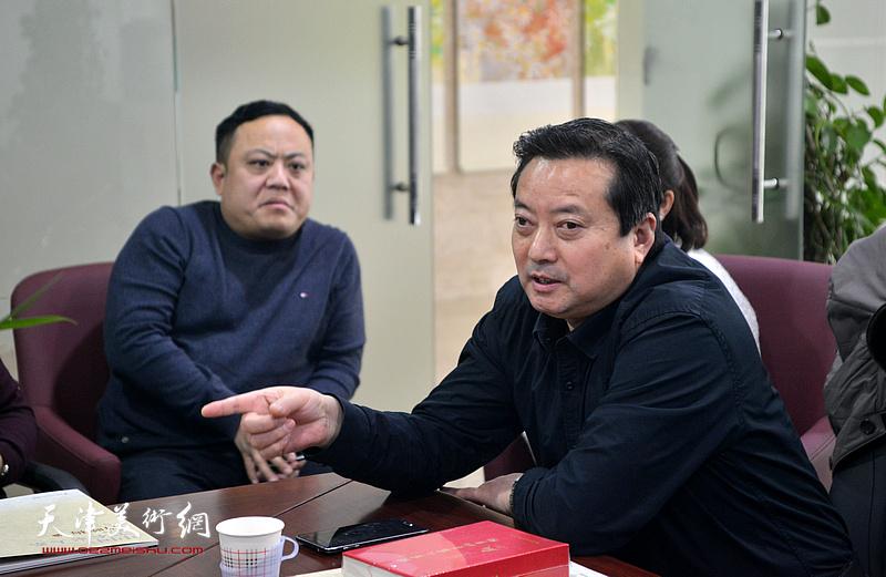 中国民族艺术馆副馆长罗承洪在肖映梅彩墨大写意画展研讨会上发言。
