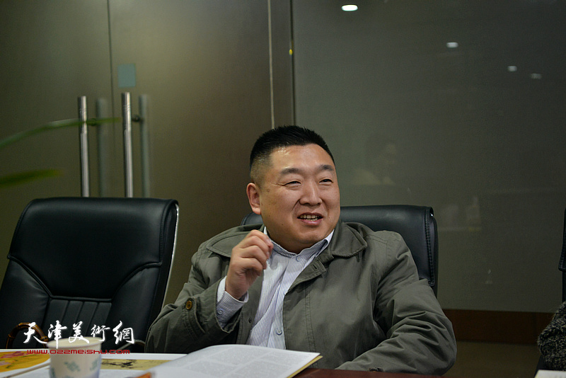 发展中国论坛秘书长庞波在肖映梅彩墨大写意画展研讨会上发言。