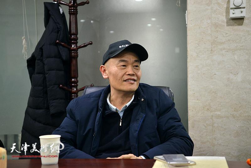 天美时代艺术发展有限公司总经理项宁在肖映梅彩墨大写意画展研讨会上发言。