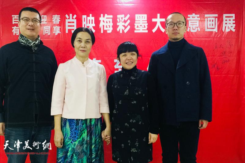 肖映梅与郭沫若纪念馆馆长赵笑洁在画展现场。