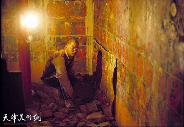 时年24岁的于小冬在古格临摹壁画一个月,由于金科拉康在山顶,只能用马灯照明,条件艰苦可见一斑。