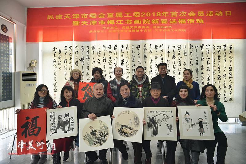刘开基、王素清等与书画家们在活动现场。