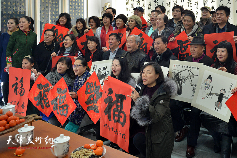 刘开基、吴兴东、于凤英、郭志军等与委员们、书画家们在活动现场。