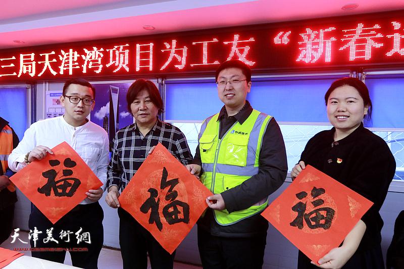 """左起:张耀、高学年、韩斌、柴茹在书法家送万""""福""""进万家活动现场。"""
