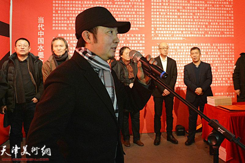 中国艺术研究院在读博士生王牧羽代表参展画家致辞。