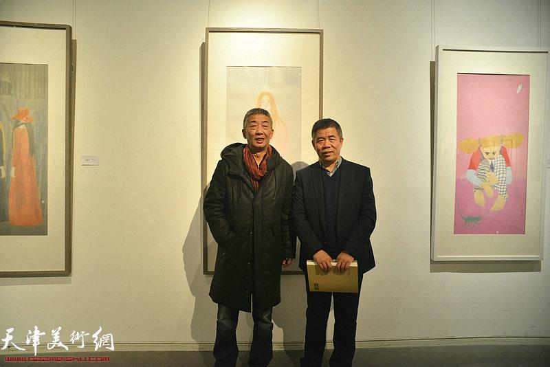 邓国源、杨维民在画展现场。