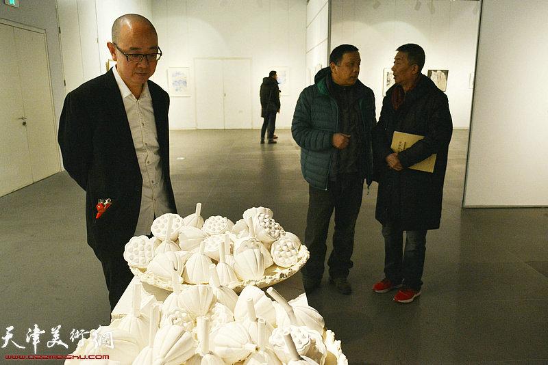 邓国源、赵德昌、马驰在画展现场。