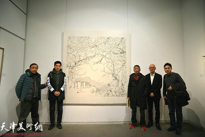 邓国源、赵德昌、高山、马驰、高新越在画展现场。