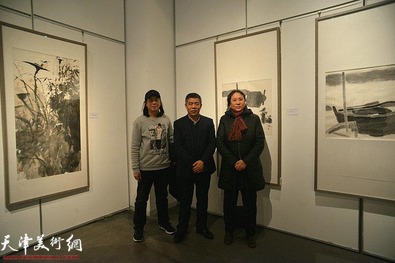 左起:周世麟、杨维民、郑岱在画展现场。