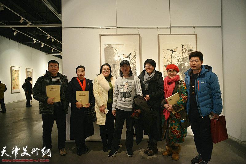 周世麟、吕秀英、王霭馨、顾素文、艾力等在画展现场。