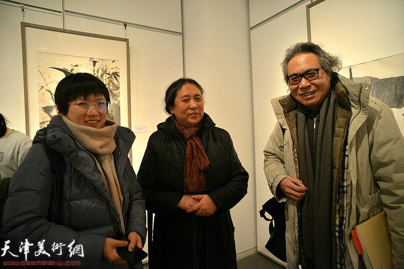 郑岱、李军、李静在画展现场。