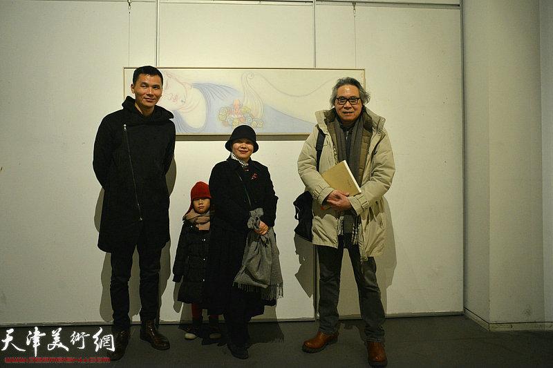 李军、白苓飞在画展现场。