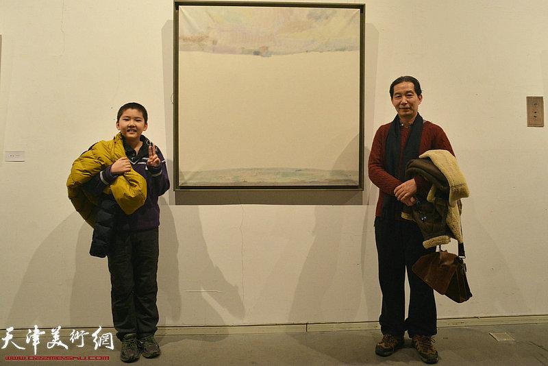 王爱君在画展现场。