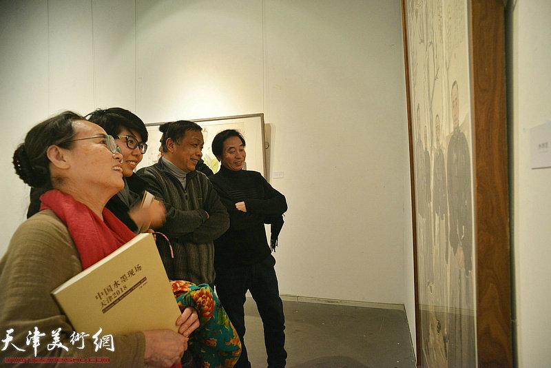 李孝萱、赵德昌、吕秀英、顾素文在画展上观赏展出的作品。