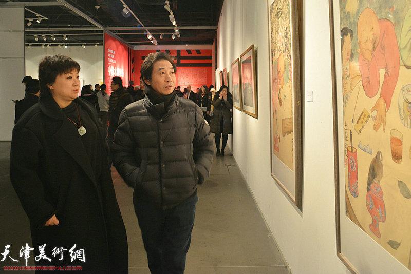 李孝萱、于晓鸿在画展上观赏展出的作品。