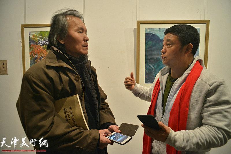郭雅希与郑忠在画展上交谈。