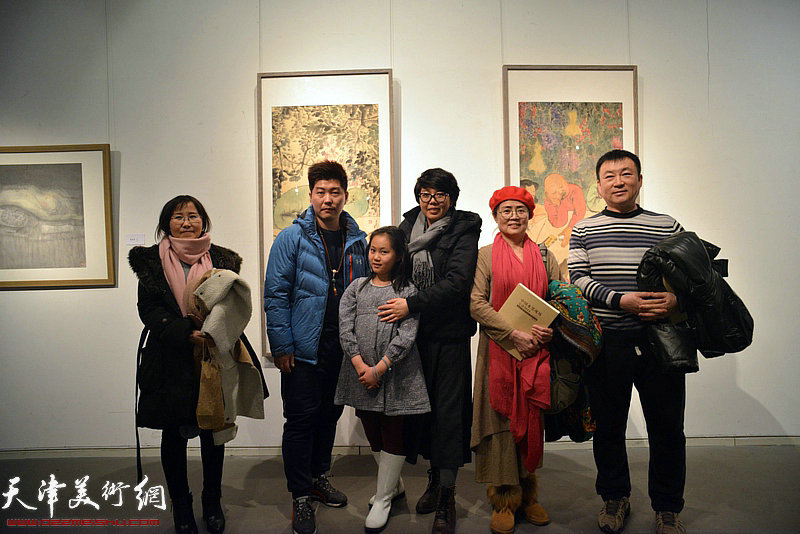 吕秀英、顾素文、艾力等在展出的李旺作品前。