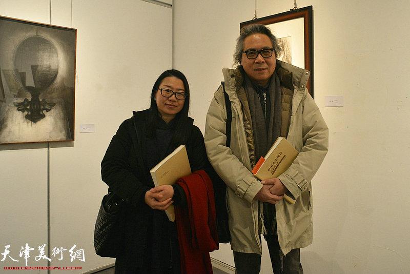 李军与张坤在展出的张坤画作前。