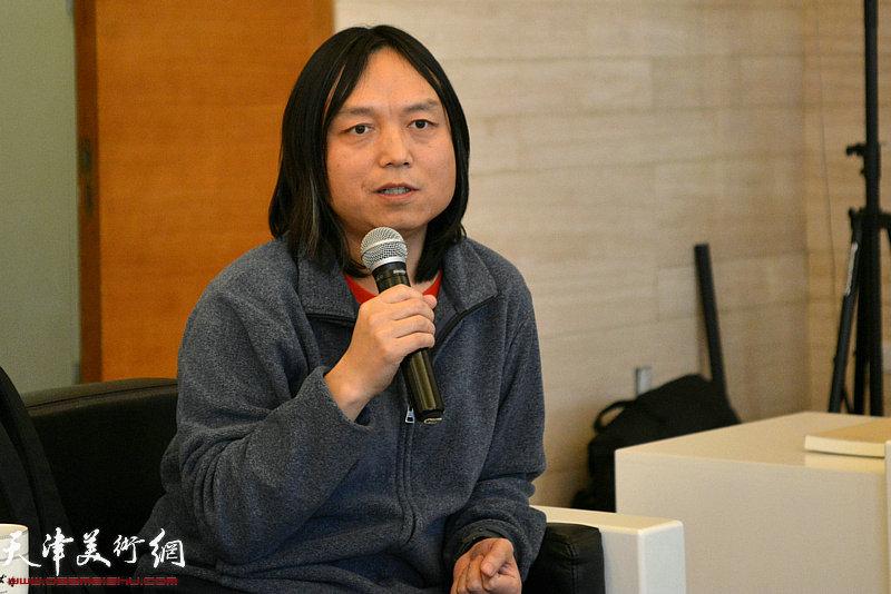 艺术批评家、天津美术学院艺术与人文学院教师郝青松发言。