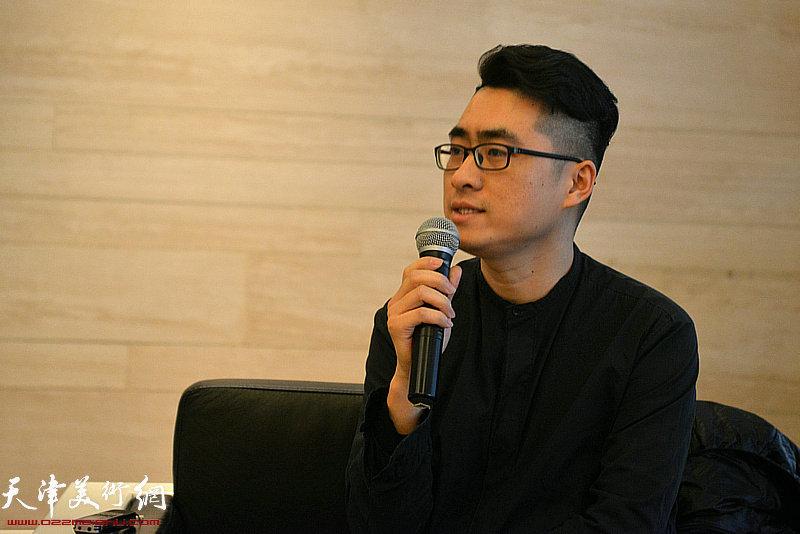 天津画院青年创作中心画家皮理文发言。